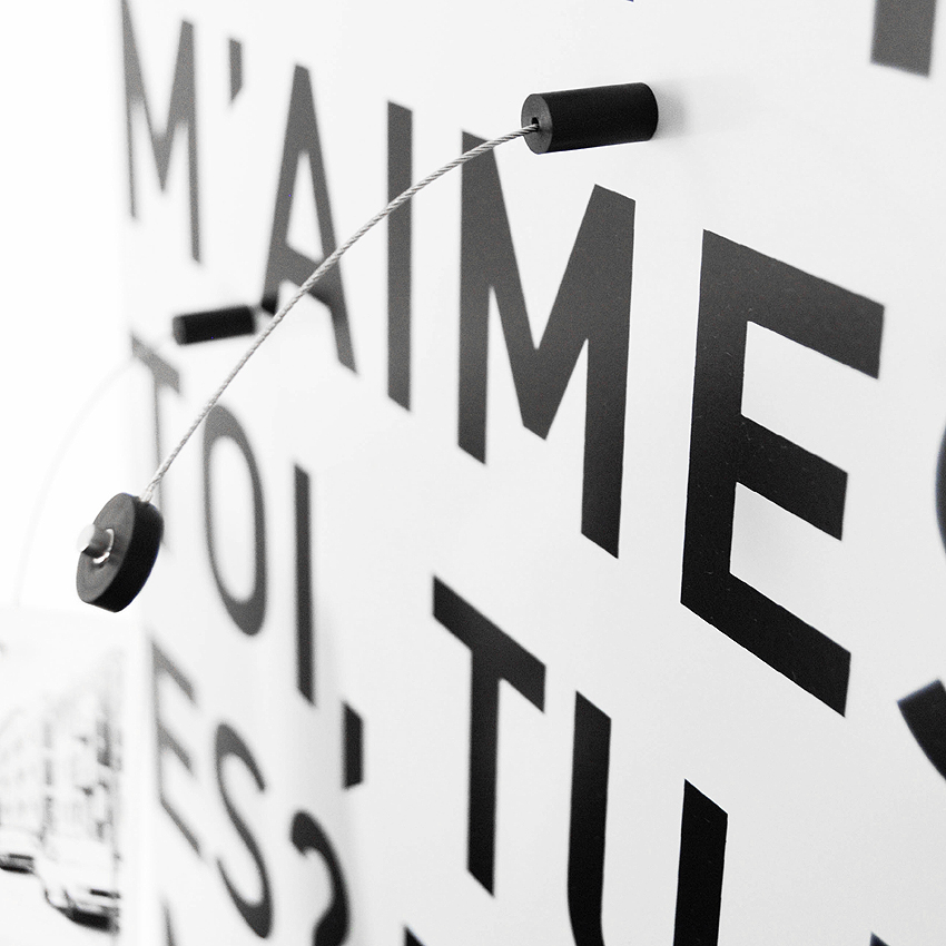 Detail of Romantica magnetic board by Designobject.it with steel support and Et toi, tu m'aimes screen printing in black color